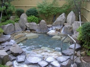 露天風呂は庭園風