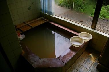 旧建家にある内湯