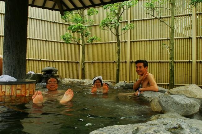 円形の大きな露天風呂