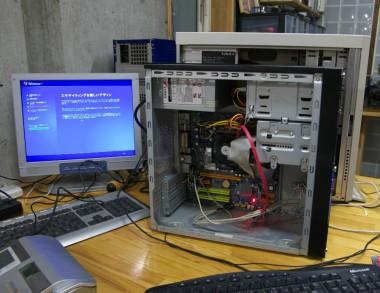 机の上はパソコンだらけ、マザーを変えたのでWindowsの修復