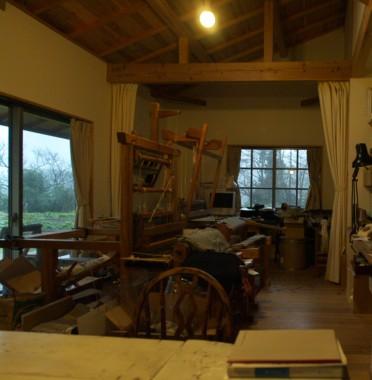 機織りが置いてある工房 窓の外は雪です