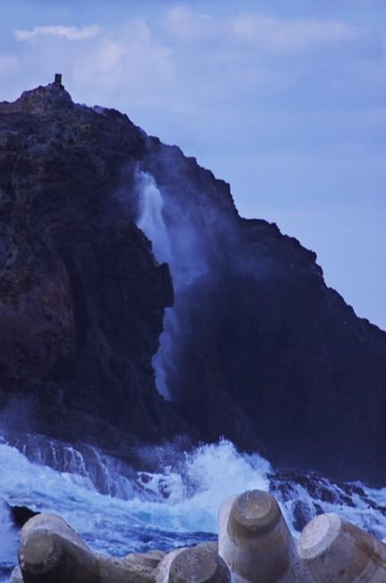 断崖に沿って潮が吹き上がります