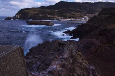 崖の上から潮が吹き上げられます