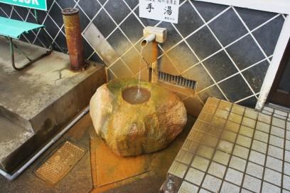 入口には源泉の手洗い