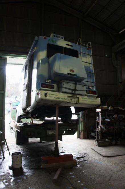トラックに荷台にロデオを乗せてフレームを修正して補強