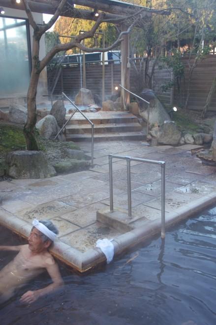 神の郷温泉の露天は寝湯になっています