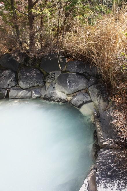 熱い硫黄泉が注がれる露天風呂