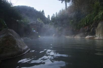夕闇迫る、きらく温泉の露天風呂