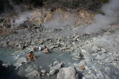 尻の下では噴出口の石がゴトゴト動いています