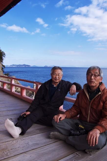 阿伏兎観音の低い高欄から海を眺めて