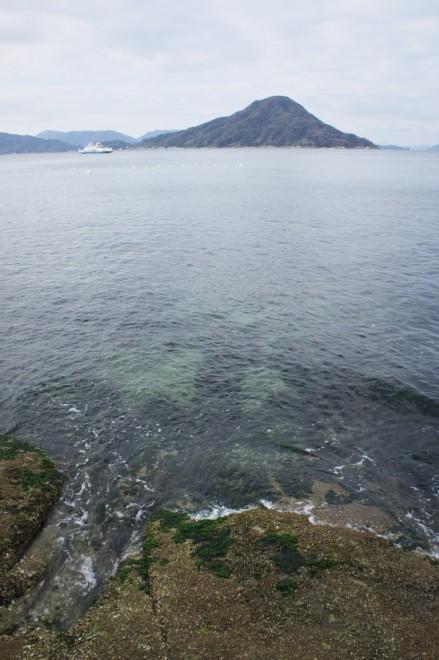 寒そうな瀬戸内の海