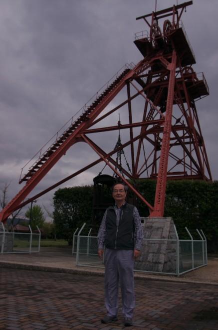 石炭歴史博物館の外にある竪坑櫓の前で