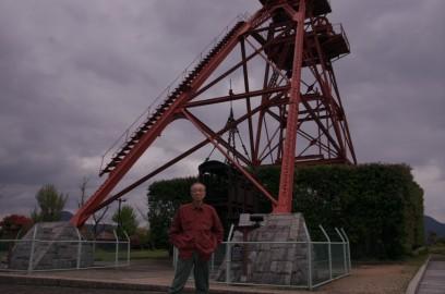 1909年(明治42)に完成した旧三井田川鉱業所の伊田竪坑櫓の前で