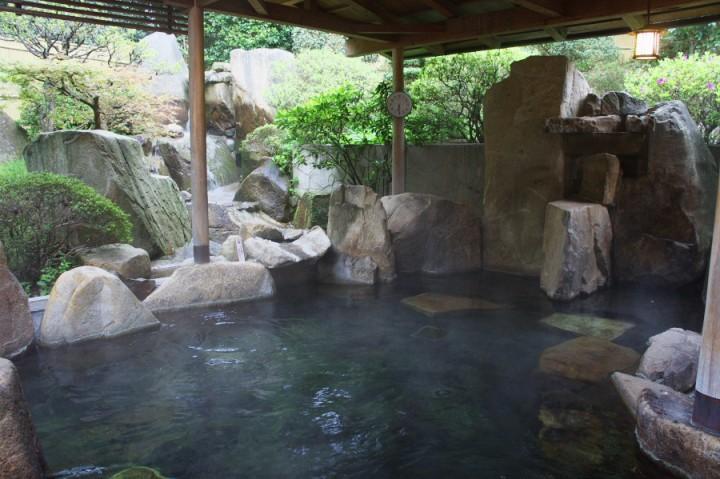 風呂は昨日と入れ替え こちらは岩風呂