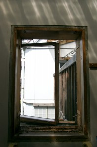 古い窓枠を撤去