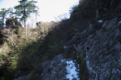 岩伝いの怖い道