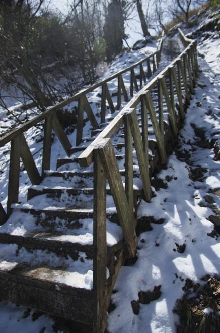10:20 きつい階段 雪で滑る