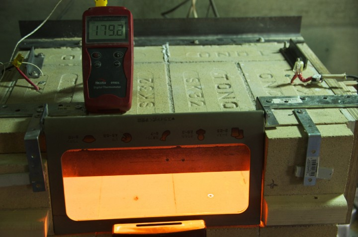 石窯にヒーターを取付けて温度を測定