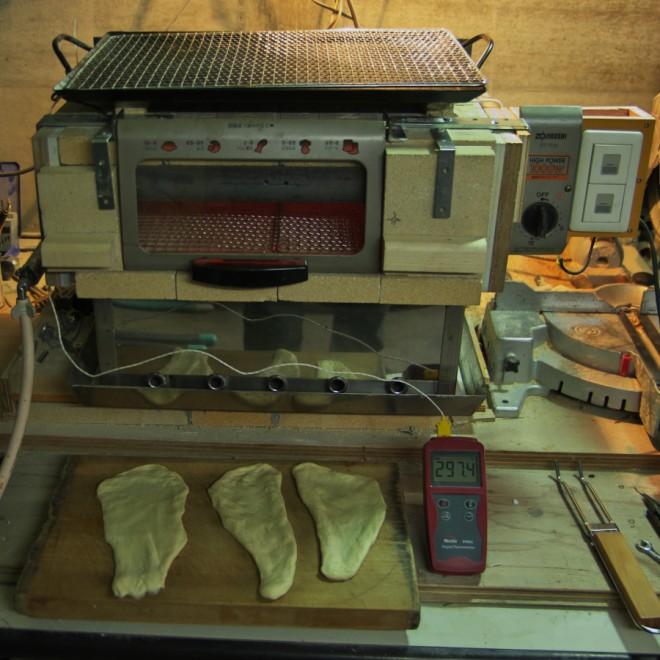 改造した石窯でナンを焼く準備