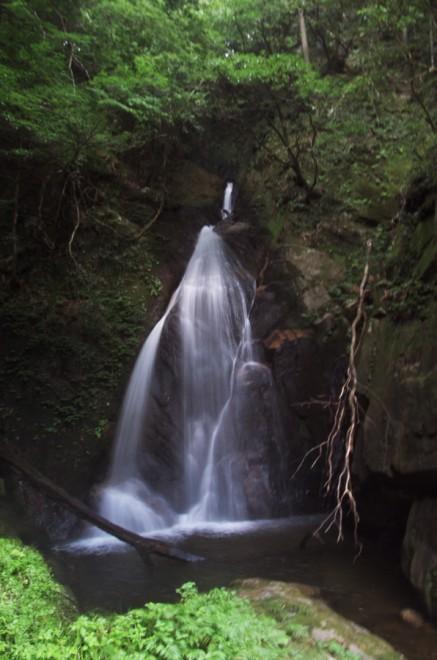 福山 不動滝 鎖場が続く急峻な遊歩道を下る