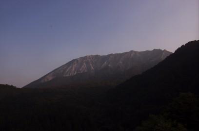 鍵掛峠から朝日が受ける大山の南壁を望む