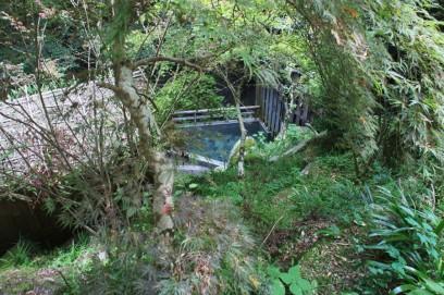 階段の途中から露天風呂が見える
