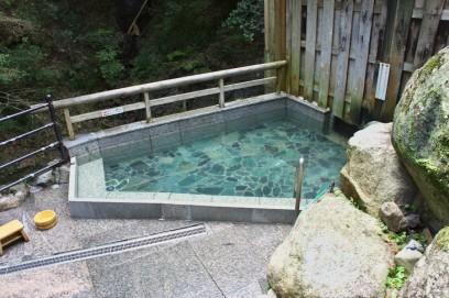 滝の横の露天風呂