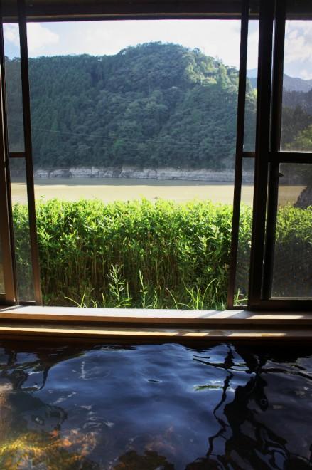 湖畔の横で見晴らしは良いが、大雨で水は濁っている