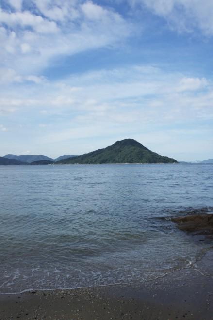 海岸で似島を眺める 少し雲が多い