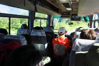 立山駅からケーブルで美女平、ここからバスで室堂に 満席です