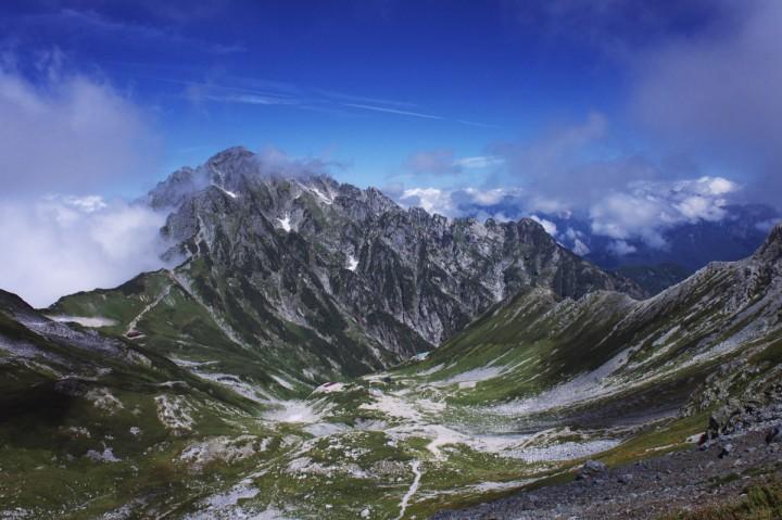 別山から剱岳を望む 剣山荘から一服剱、前剱への登山道が見える