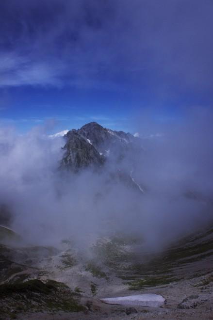 ガスが晴れて剱岳が顔を出します