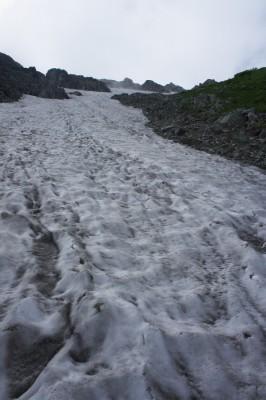 剱御前からの雪渓を横断