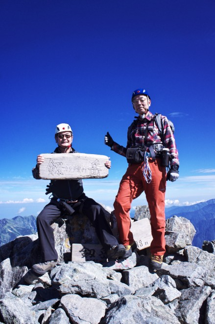 剱岳山頂 ヘルメットとハーネスで安全確保して登りました