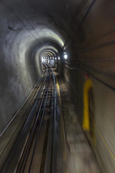 立山ケーブルはトンネルを下る