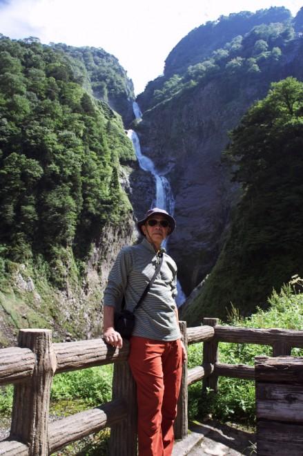 称名滝は駐車場から遠い 豪快な滝だ