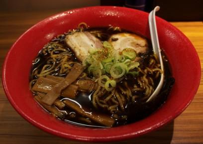 富山駅前でイロハのブラックラーメンを食べる コクが少ない感じ