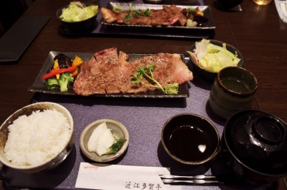 夕食は近江牛のサーロインステーキ