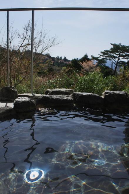 露天風呂から景色を楽しむ