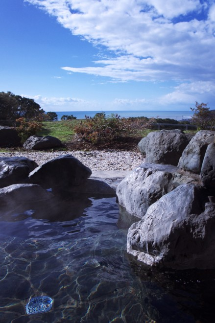 露天風呂から海を眺めなる 夕日は素晴らしそうだ