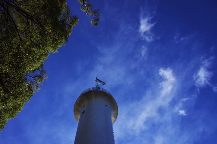 青い空に白い宇品灯台 あまり寒くない気持ちの良い朝
