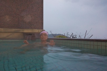 翌日は雨となった 洋風の露天風呂で朝湯