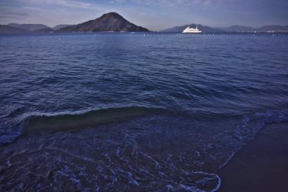 波打ち際は海の水が澄んでいる
