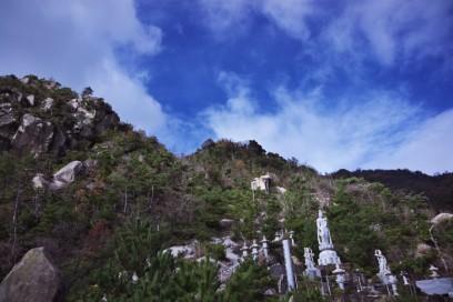 西迫観音は断崖の岩肌にある