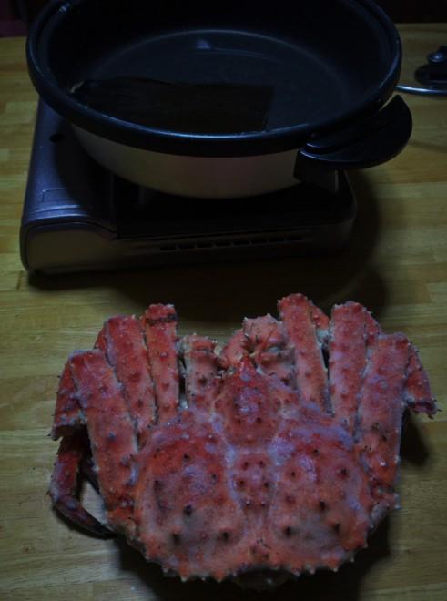鍋に入りきらないほど大きなタラバ蟹