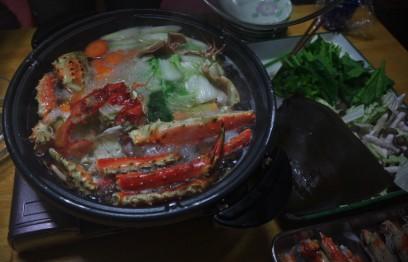 カニ鍋を家族で楽しみます
