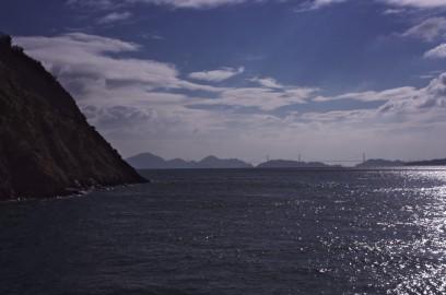 大下島をフェリーが回る 遠くに来島大橋