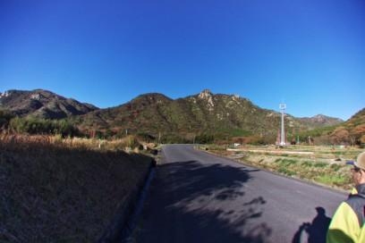 8:13 八幡岳への駐車場から、山城山を見てバス停へ
