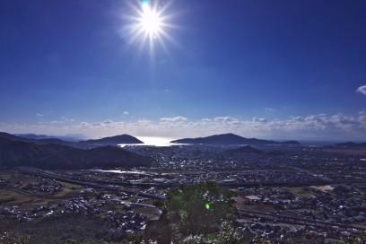 9:39 防府の街が眼下に 太陽がまぶしい