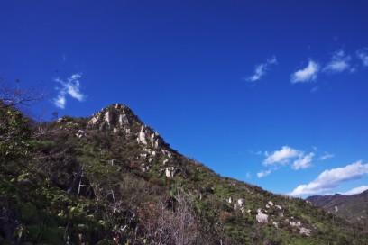 13:00 厳しい下りから振り返ると山城山の岩山